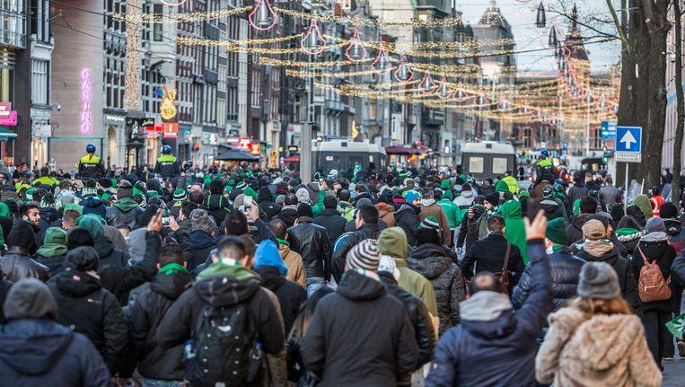 De supporters onderweg naar het Centraal Station. Beeld Amaury Miller