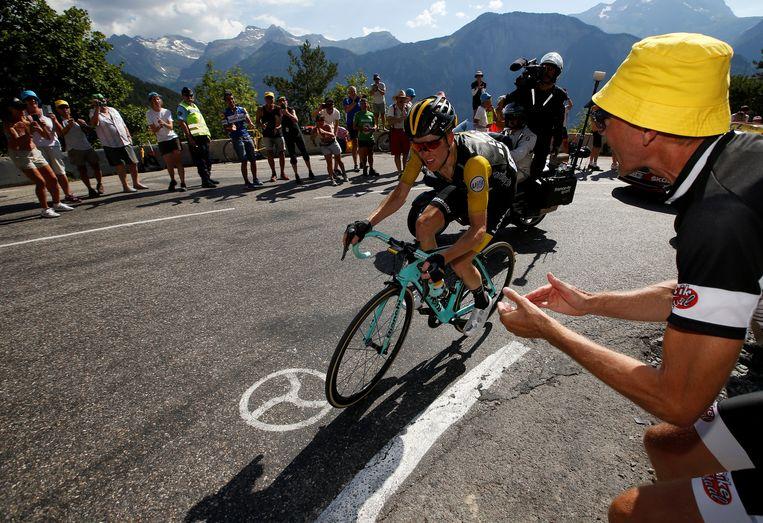 Steven Kruijswijk reed meer dan zeventig kilometer alleen op kop en leek te soleren naar de dagzege, maar werd vier kilometer voor de eindstreep ingerekend.  Beeld REUTERS