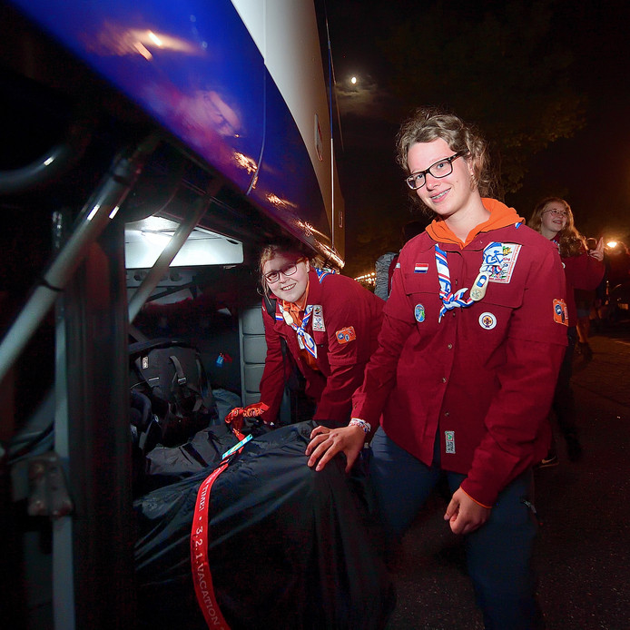 Britt van de Watering (links) en Laura Vink leggen hun bagage in de bus