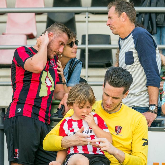 Doelman Bart Tinus met zoontje en Jesse Dibbets met zijn ouders. Troost na de verloren wedstrijd en dat degradatie een feit is.