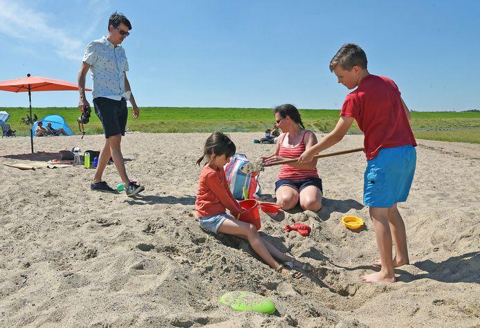 Wim van Dyck met zijn dochter An-Sofie (6) en zijn zus Kathleen met haar zoon Emiel (12) vinden het strandje van Hoofdplaat dé plek. Je ziet er in de verte zelfs zeehondjes.