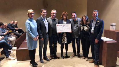 Hofheide schenkt cheque aan Centrum Therapeutisch paardrijden