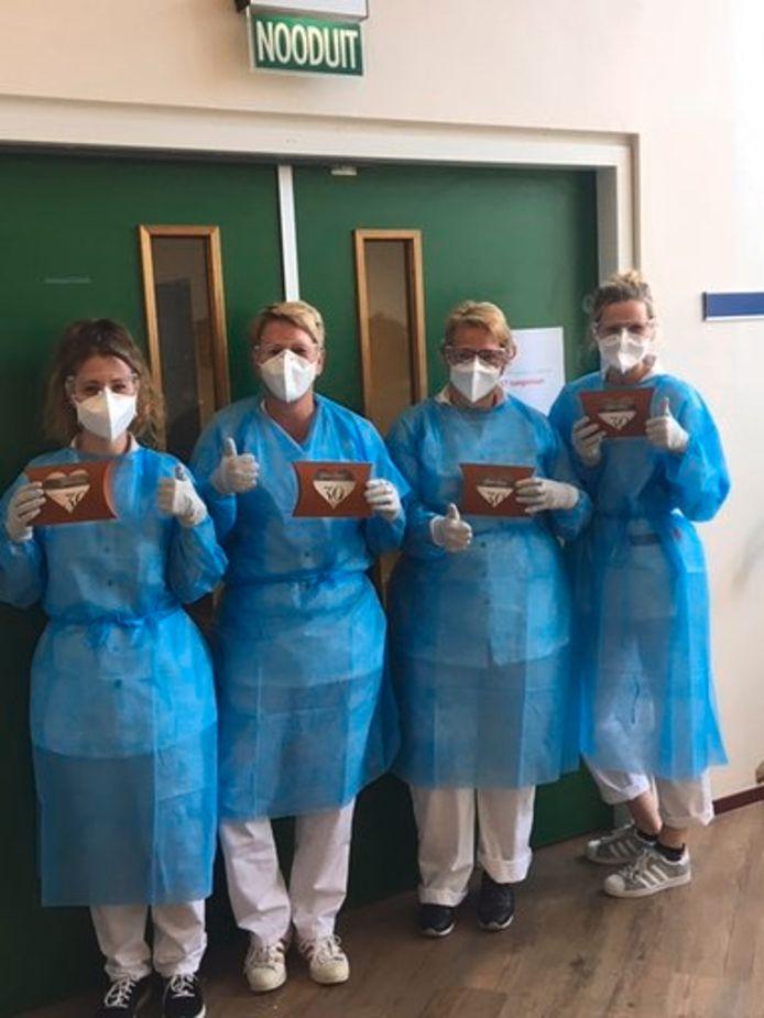 Zorgpersoneel van de Saxenburgh Groep (Röpcke Zweers) is blij met de cadeaus die ze uit de samenleving hebben gekregen als blijk van waardering voor hun harde werk in de corona-crisis.