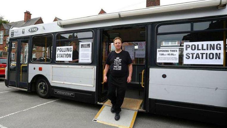 Een Britse kiezer verlaat een bus die gebruikt werd als stemlokaal voor het Brexit-referendum. Beeld afp