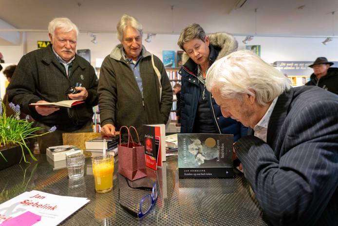 Jan Siebelink signeert het boekenweekgeschenk in Velp.