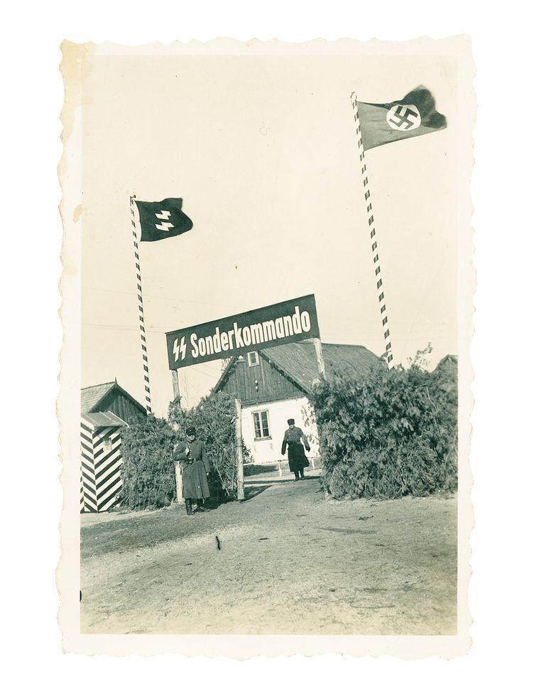 De toegangspoort van Sobibor in het voorjaar van 1943. Circa 170 duizend Joden gingen lopend of per vrachtwagen het vernietigingskamp binnen, 58 van hen overleefde het kamp. Beeld United States Holocaust Museum