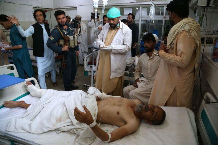 De gewonden krijgen verzorging in het ziekenhuis van Jalalabad.