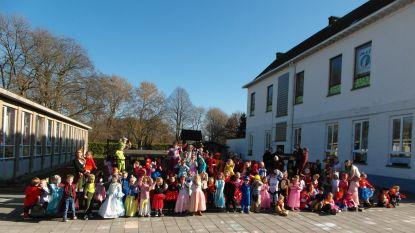 Kinderen vrije kleuterschool Sterrenkind Serskamp vieren Carnaval