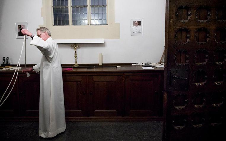Met aan de muur een portret van paus Franciscus. Beeld Freek van den Bergh / de Volkskrant