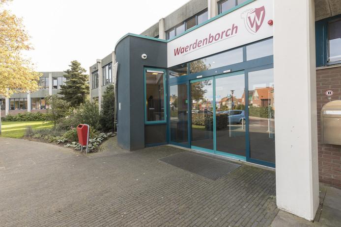 De voorzijde van het schoolgebouw van de Waerdenborch in Holten