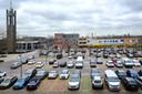 Een goed gevulde Markt in Prinsenbeek. Het dorpsplein is in 2019 heringericht, waarna het aantal parkeerplekken van 210 naar 180 is gezakt. Dat zou echter niet de hoofdoorzaak zijn van de hoge parkeerdruk.