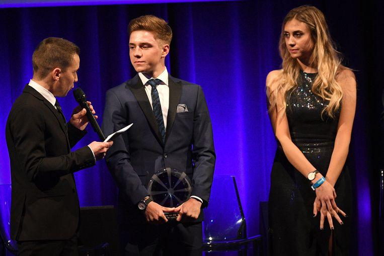 Remco Evenepoel - hier geïnterviewd door Merijn Casteleyn - kreeg de trofee uit handen van Cameron Vandenbroucke.