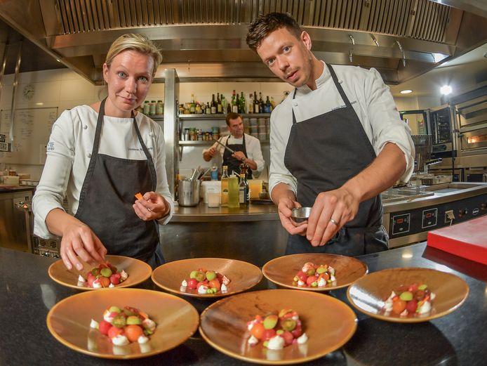 Laurence en Jonas Haegeman in de keuken van hun restaurant, dat weer goede punten krijgt.