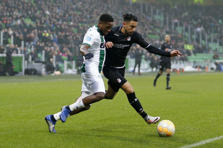 FC Groningen speler Deyovaisio Zeefuik en FC Emmen speler Caner Cavlan in een strijd om de bal.