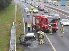 Auto vliegt in brand op A1 bij Holten: file