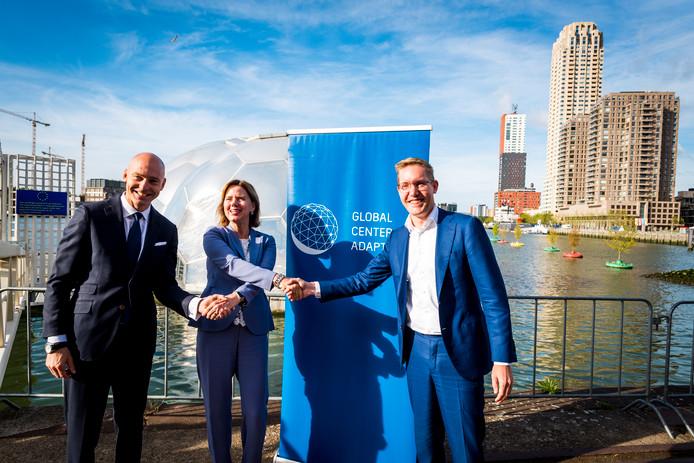 Minister Cora van Nieuwenhuizen van Infrastructuur en Waterstaat, wethouder Bonte van Rotterdam en Patrick Verkooijen CEN Global Center on Adaptation geven het startsein voor de bouw van het drijvende kantoor van het internationale klimaatadaptatiecentrum in de Rotterdamse Rijnhaven.