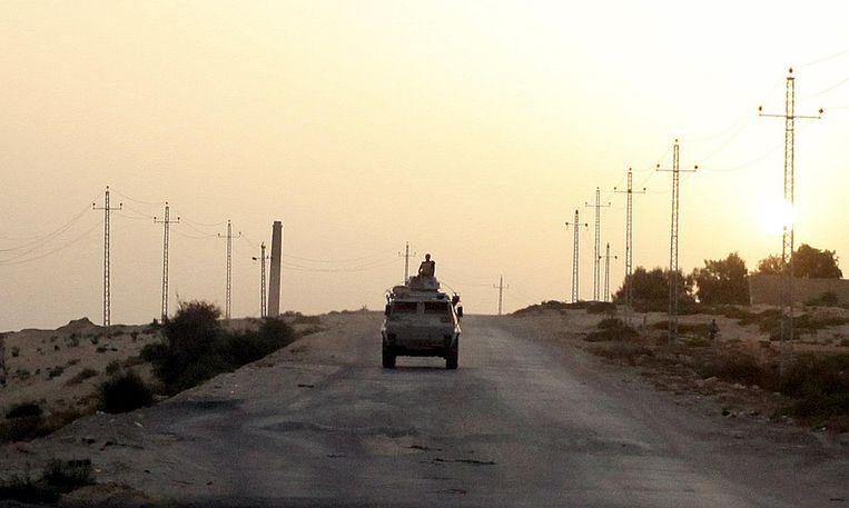 Een pantserwagen van het leger op patrouille in het noordelijk deel van de Sinaï. Beeld Reuters