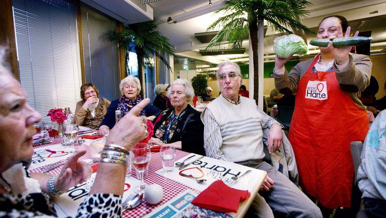 De senioren worden vermaakt met een quiz over groente en fruit, als blijkt dat er geen politicus is komen opdagen. Beeld Jean-Pierre Jans (www.jeanpierrejans.nl)