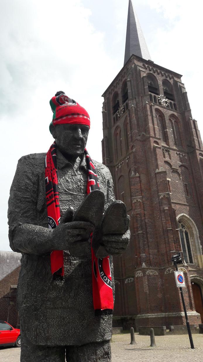 Fons van Herck, de bronsgeworden schoenmaker van Moergestel, staat er als Feyenoord-fan bij.