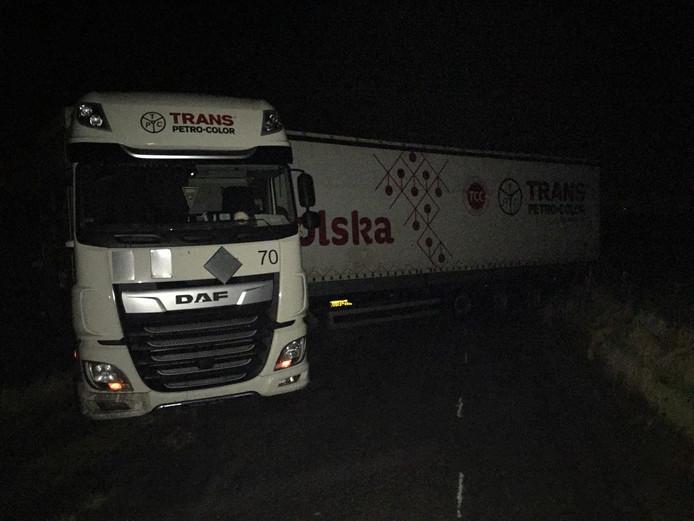 De vrachtwagen werd dwars over een polderweg vlakbij Rilland aangetroffen.