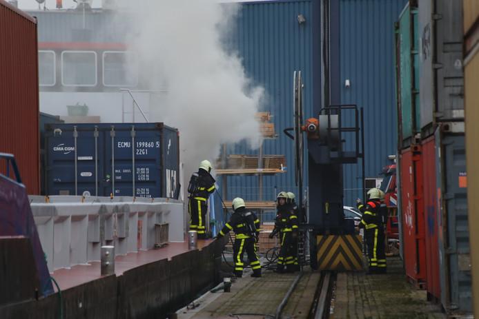 Brand op containerschip in Haven van Waalwijk