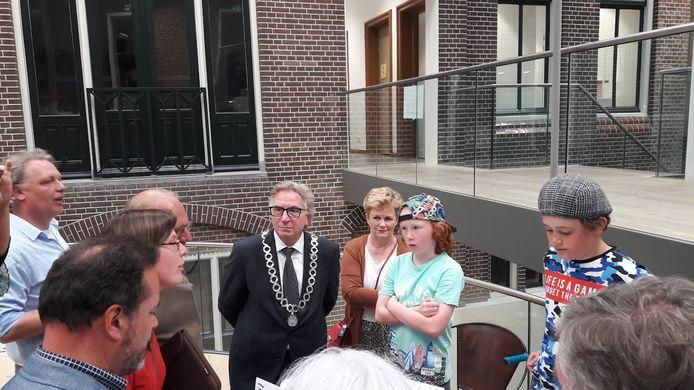 Mocne Hofland en David Viguurs in gesprek met de burgemeester en raadsleden in Wageningen over een skatepatk