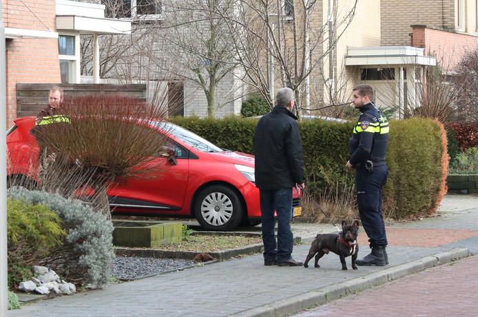 De politie doet een buurtonderzoek in Emmeloord vanwege de nachtelijke inbraak.