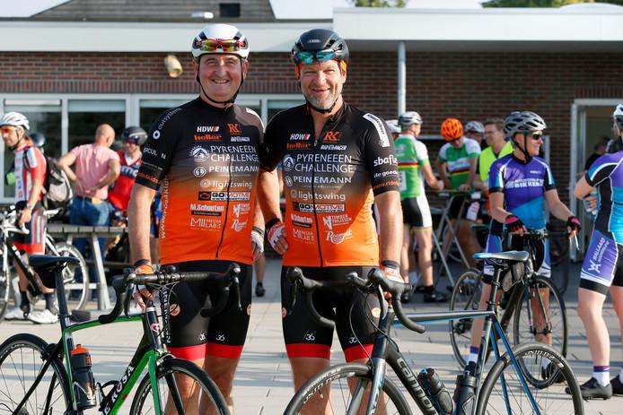Ruud van Herreveld (links) en Ferdinand Hentenaar in hun tenue voor de Pyreneeën Challenge.