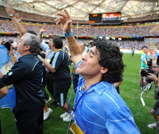 Diego Maradona viert feest nadat Argentinië olympisch goud heeft gewonnen in Peking.