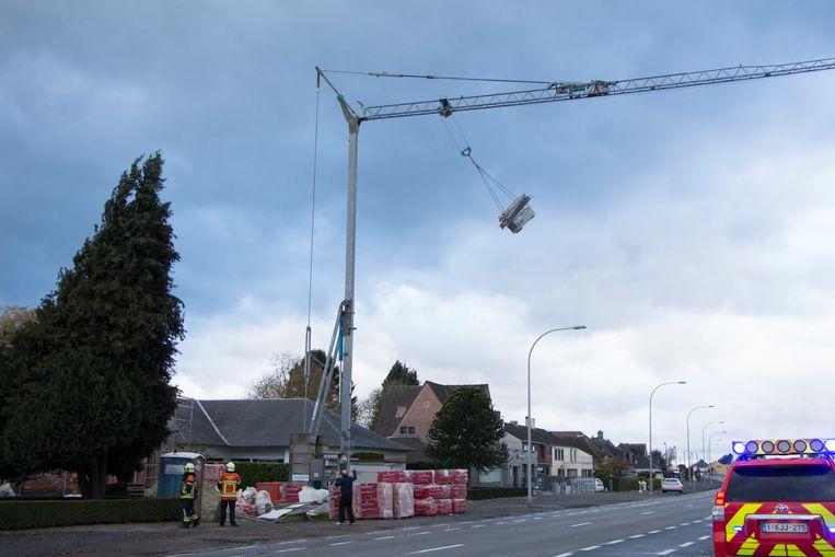 De gehesen lading van een bouwkraan aan de Brakelsesteenweg in Ninove sloeg op hol door de wind.