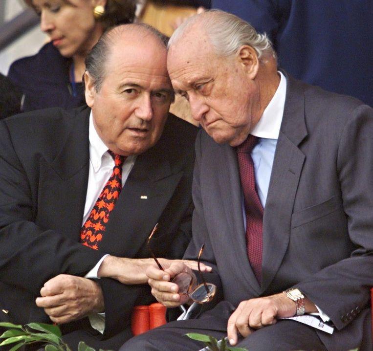 Juni 1998: Sepp Blatter praat met zijn Braziliaanse voorganger, Joao Havelange, een paar dagen na zijn benoeming als FIFA-president. Beeld afp