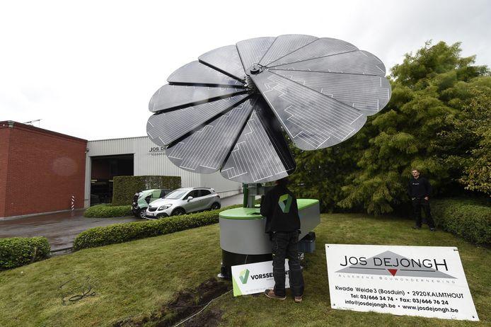 De eerste 'Smartflower' staat te blinken bij bouwbedrijf Jos Dejongh.