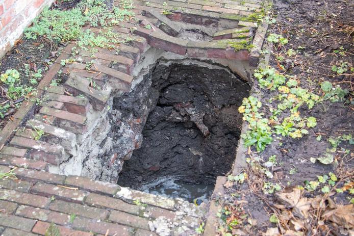 Een vrouw is zondagmorgen rond half tien gewond geraakt toen ze naast een woning aan de Hendrik Westerstraat in Ten Boer in een sinkhole van vier meter diep viel.