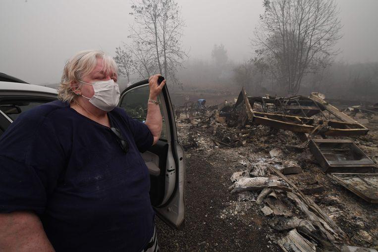 Margi Wyatt bij haar verwoeste woonwagen in Oregon. Beeld AFP