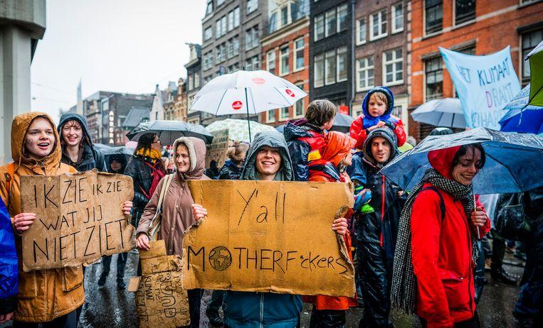 Deelnemers met borden en spandoeken tijdens de klimaatmars in Amsterdam. Beeld Freek van den Bergh/de Volkskrant
