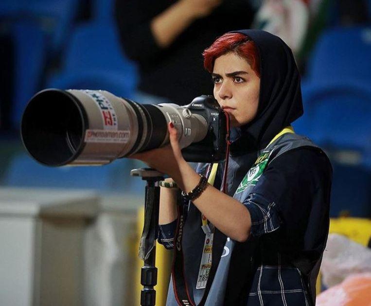 Parisa Pourtaherian met haar camera.