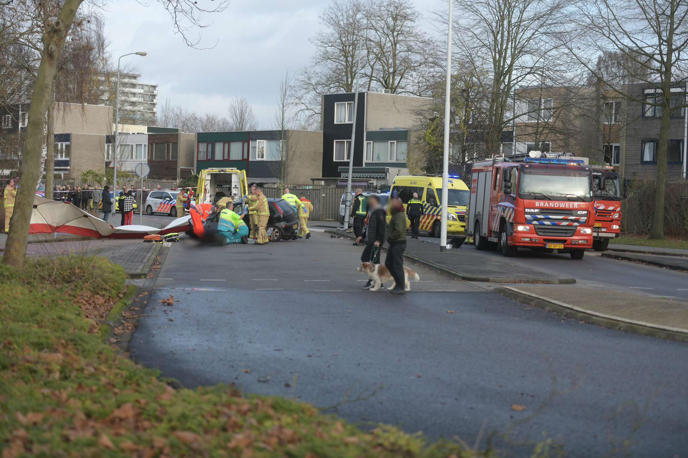Man bekneld onder auto in Eindhoven