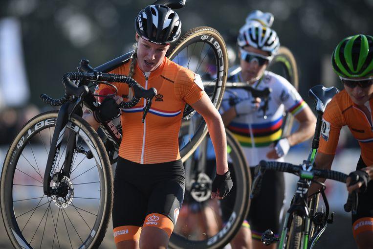 Annemarie Worst is in Rosmalen op weg naar de wereldtitel. Achter haar de wereldkampioene van vorig jaar, de Belgische Sanne Cant en rechts Marianne Vos. Beeld BELGA