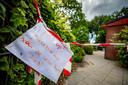 Het schoolplein van basisschool De Korf is voor een deel afgesloten vanwege de aanwezigheid van de jeukrups in de bomen.