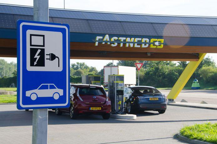 Twee elektrische auto's tegelijkertijd is bij de meeste snellaadstations zeldzaam, maar volgens Fastned gaat de markt snel groeien.