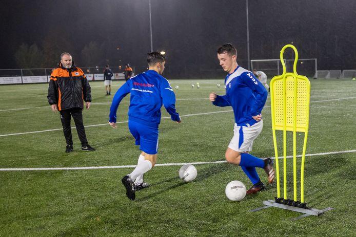 Donderdagavond in de stromende regen een corona-proof training van Elistha in Elst.