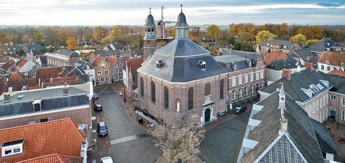 De Luciakerk in Ravenstein, met rechts de voormalige pastorie.