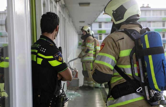 De brandweer is bezig de flatwoning te ventileren.