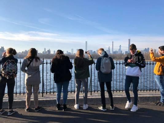 Leerlingen van het econasium genieten van de skyline in New York.