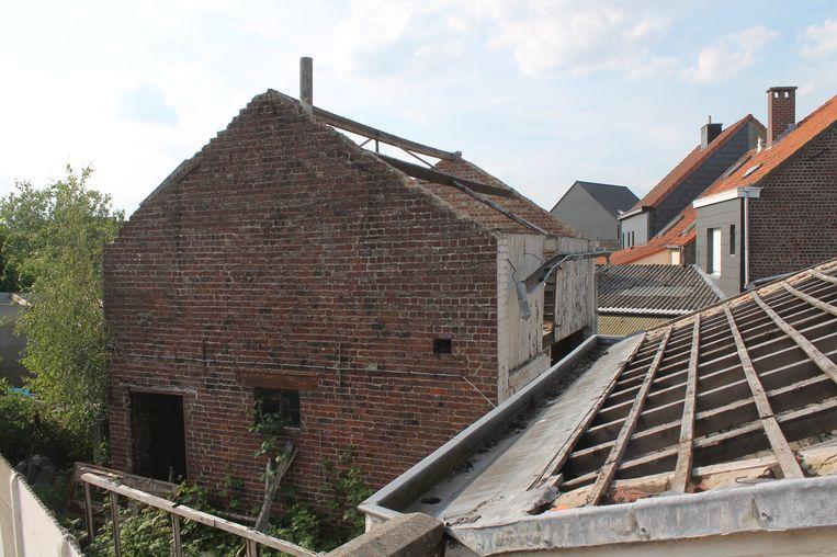 De woning is klaar voor de sloop, maar buurtbewoner Dieter wacht al maanden op enige actie.