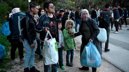 Griekse marine haalt honderden migranten van Lesbos