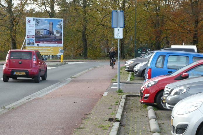 Het fietspad dat de inrit naar het parkeerterrein van onder meer Albert Heijn kruist, blijft wel liggen.
