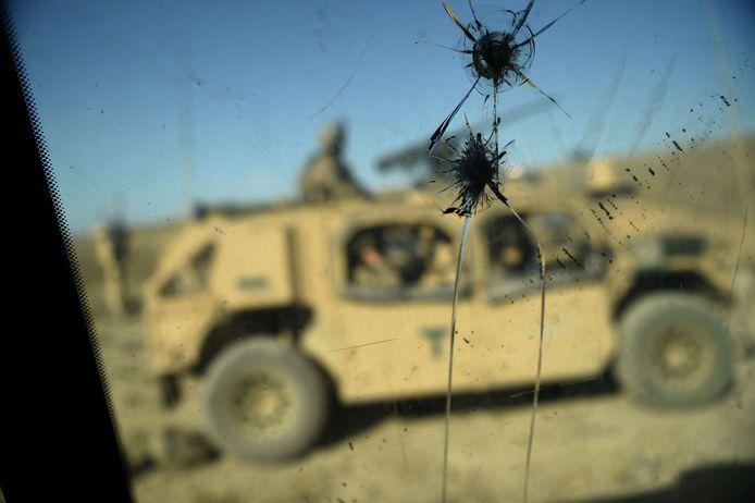 Kogelinslagen in de ramen van een gepantserd Amerikaans legervoertuig.