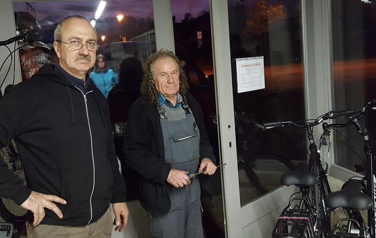 Lieven Pieters (links) liet gisteravond al een steviger slot steken op de deur van zijn fietsenzaak.