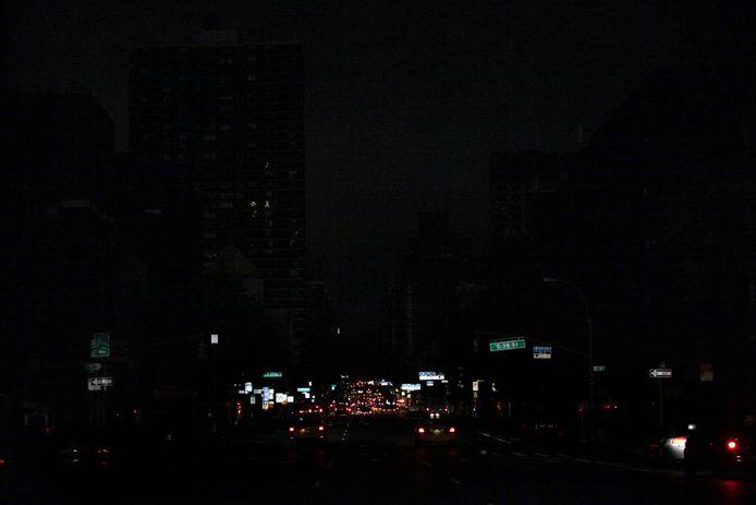 Een bizar beeld in New York. Op 2nd Avenue zijn enkel de lichten van auto's waar te nemen.